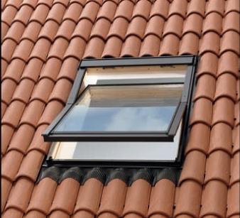 חלון גג הממוקם בגג רעפים