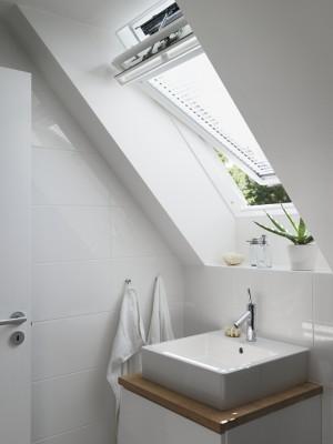 חלון גג ציר אמצעי בחדר אמבטיה