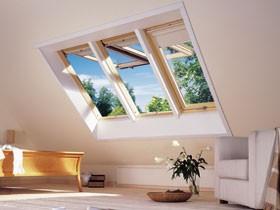 שילוב חלונות לגג ציר כפול בסלון