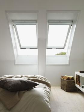 חלונות גג ציר כפול בחדר שינה