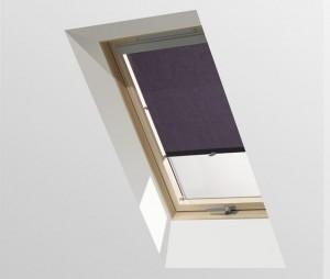 וילון הצללה כחול בחלון גג ציר מושלם