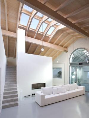 חלונות גג פנים גימור עץ